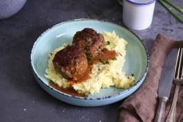 Buletten mit Kartoffelbrei | Bake to the roots