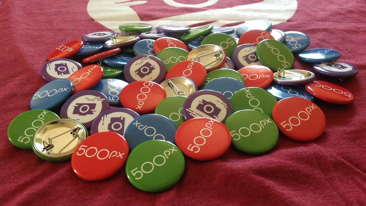 Fotoğraftaki 500px rozetleri ve 500px stikerleri sizleri bekliyor.