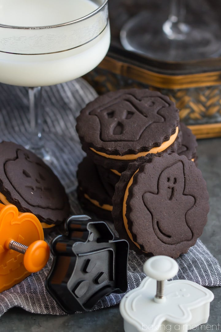 Homemade Halloween Oreos- these taste WAY better than the original and they're so much fun for a Halloween party!
