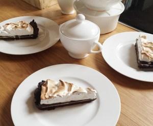 Angeschnittene Schokoladen-Baiser-Tarte
