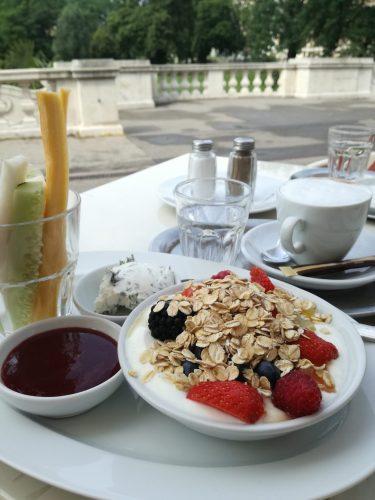 Frühstück im Palmenhaus (Hofgarten Wien)