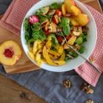 Spätsommer-Salat mit Pfirsich, Walnüssen und geröstetem Kürbis