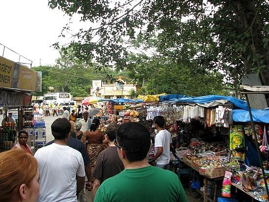 1.1306697033.market-at-the-chamundeshwari-temple