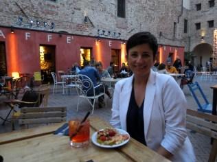 15.1443018818.enjoying-aperitivo-in-the-courtyard