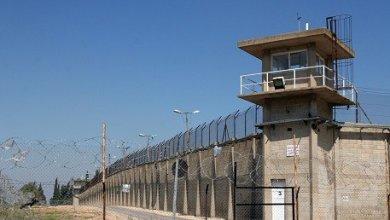صورة الأسرى في سجون الاحتلال يرجعون وجبة طعام احتجاجًا على استمرار توقف زيارات عائلاتهم