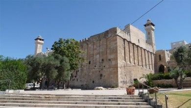 صورة مجموعات كبيرة من المستوطنين يقتحمون الحرم الإبراهيمي في الخليل
