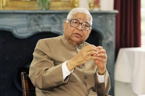 An image shows S.N. Goenka passionately talking to others. This picture serves as the featured image for Balanced Achievement's article on the famous meditation teacher S.N. Goenka.