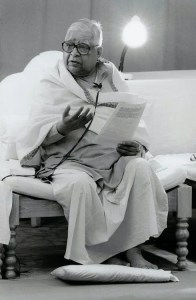 An image shows the iconic Vipassana Meditation teacher S.N. Goenka as he gives a lecture.
