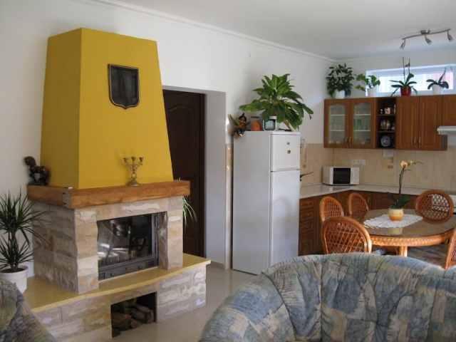 IMG 2433 A 2-4-6 fős apartmanok Balatonlelle vízparti utcájában, a strand mellett találhatók.