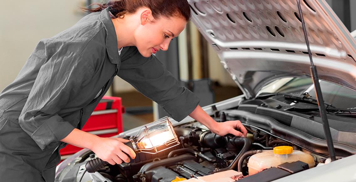 Quem disse que mulher não sabe consertar carro?
