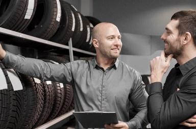 vendedor loja pneus cliente