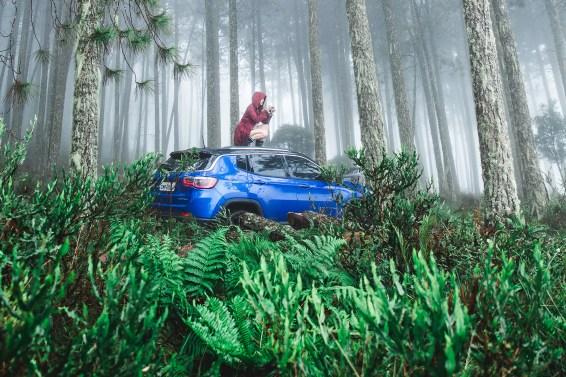 mulher em cima de um carro com uma câmera na mão - foto de Julio Nery