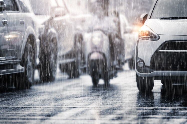 carro e moto na chuva