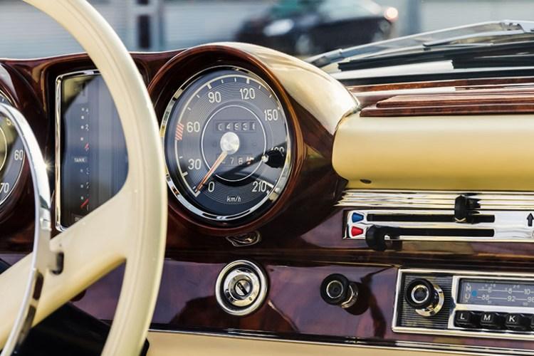 Rádio em carro antigo