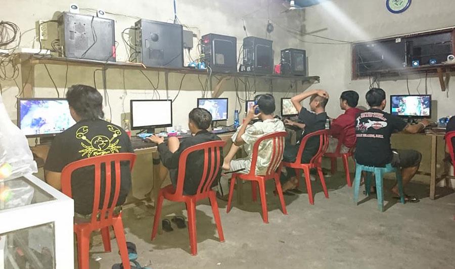 Warnet dan kios permainan di Desa Tunjuk, Tabanan.