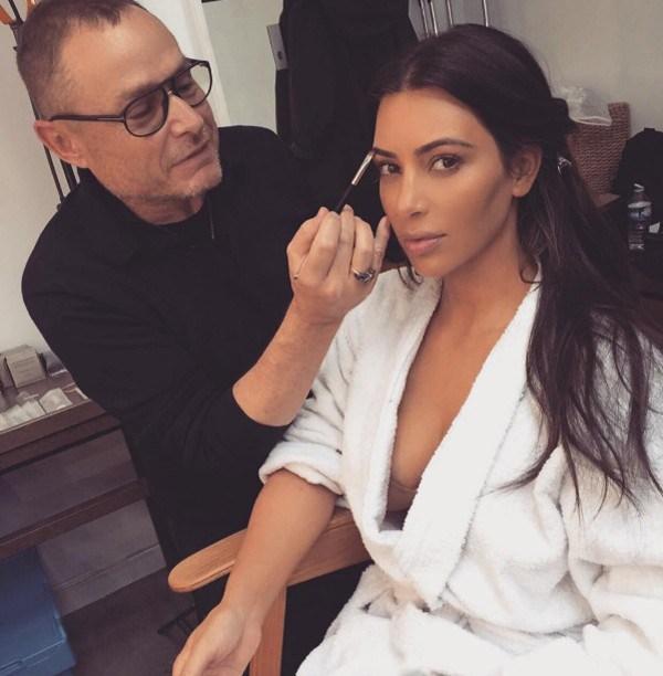 Kim Kardashian quase mostra demais ao deixar roupão aberto em foto (Foto: Reprodução / Instagram)