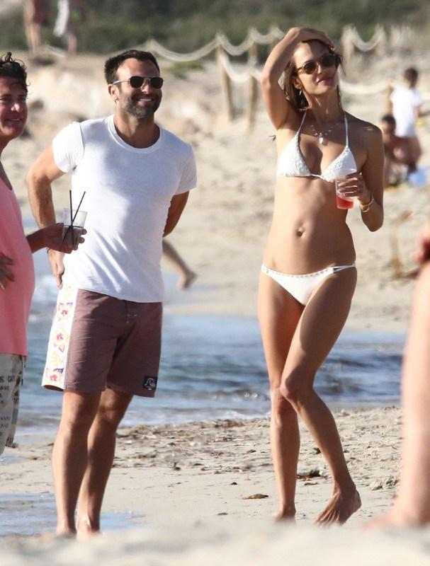 Alessandra Ambrósio em Ibiza (Foto: AKM)