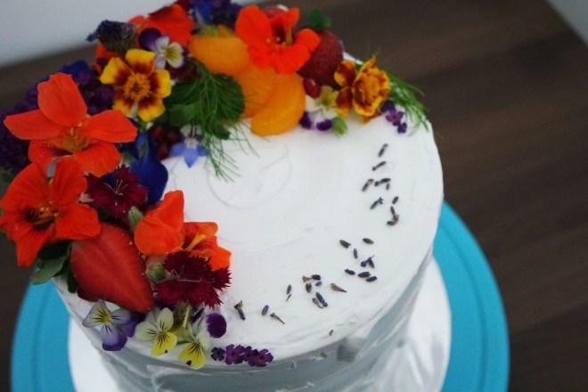 Kue tart dengan hiasan bunga edible flower