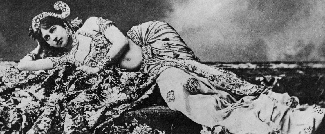 """Ulasan: """"Mata Hari"""" (Paulo Coelho, 2016), Mata-mata Yang Terjebak"""