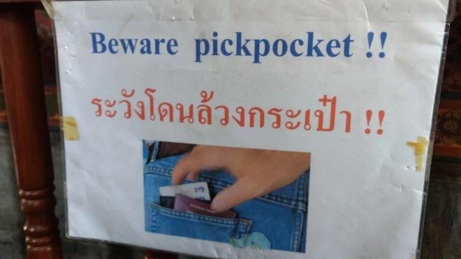 "Peringatan ""Awas Copet"" di Wat Pho"