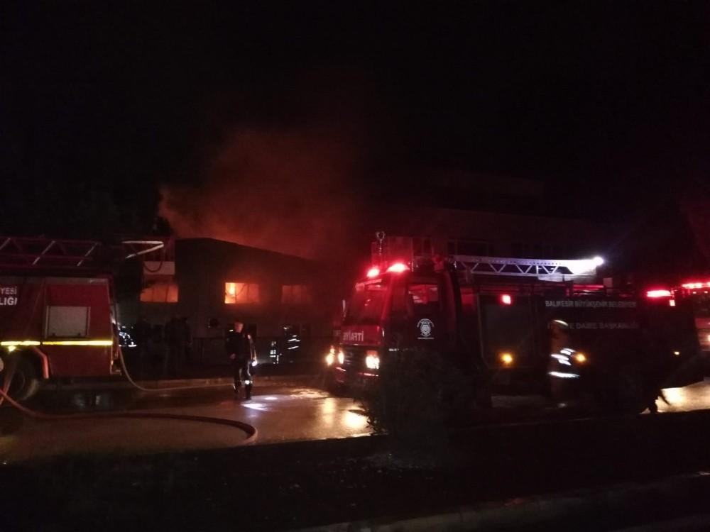 Kauçuk fabrikasında çıkan yangına güçlükle müdahale edildi