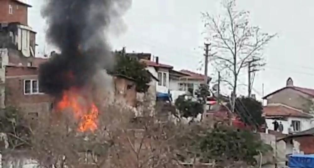 Edremit'te tek katlı ev alev alev yandı