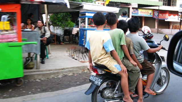 pengendara motor anak kecil via naikmotoraman