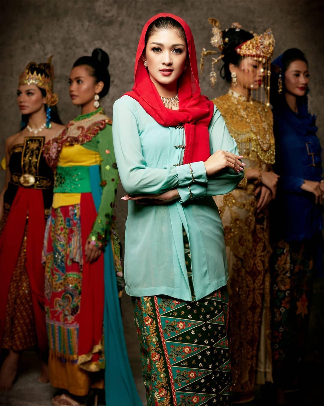 Baju adat Indonesia - Finalis Puteri Indonesia asal DKI Jakarta 1