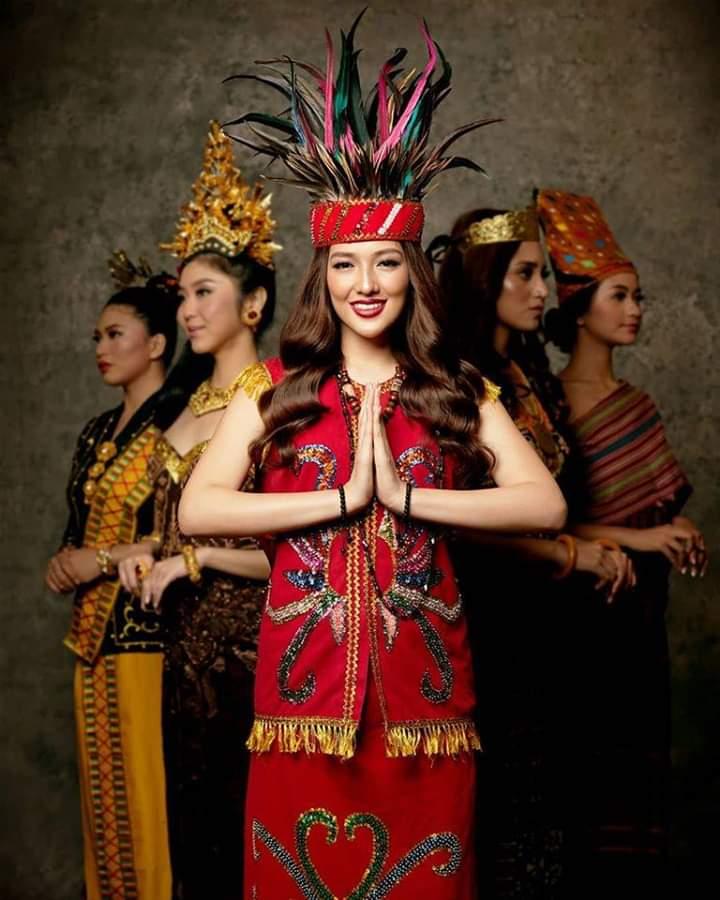 Baju adat Indonesia - Finalis Puteri Indonesia asal Kalimantan Barat