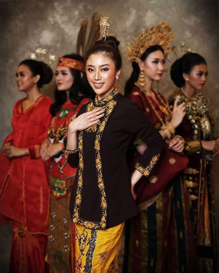 Baju adat Indonesia - Finalis Puteri Indonesia asal Kalimantan Timur