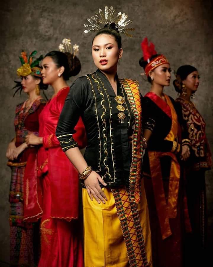 Baju adat Indonesia - Finalis Puteri Indonesia asal Kalimantan Utara