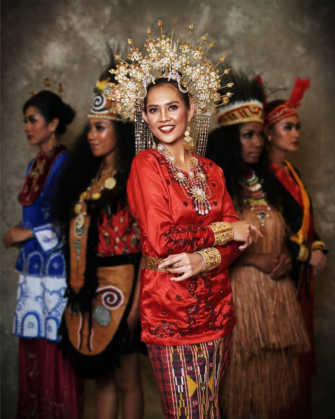 Baju adat Indonesia - Finalis Puteri Indonesia asal Sulawesi Tenggara 2
