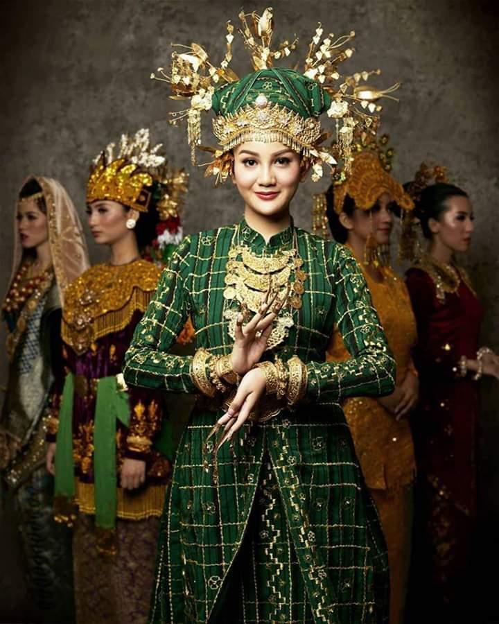 Baju adat Indonesia - Finalis Puteri Indonesia asal Sumatera Selatan