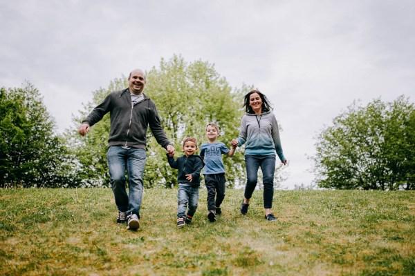 Sesja rodzinna – zabawa w parku
