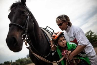 Talán a legnehezebb feladatot az autisták jelentik, akiknél gyakran a figyelem megragadása is komoly kihívás a terapeuta számára. A lóval történő nemverbális, az emberi jelrendszernél egyszerűbb, ösztönösebb kommunikáció módot adhat a megnyitásukra.
