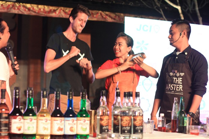 HBI's bartenders performed mixology of alcoholic drinks at Ubud Royal Weekend.