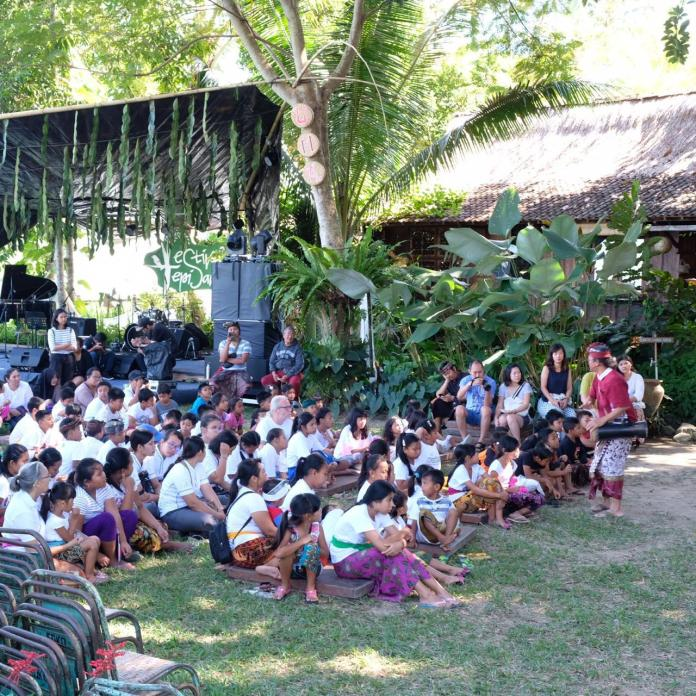 Kids and other visitors played and sang together with Pekak Made Taro at Festival Tepi Sawah, on Sunday.