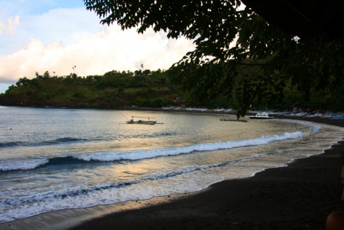 La plage de sable noir d'Amed au soleil couchant