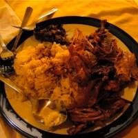 Bebek Tutu : juteux canard aux épices et à la citronnelle préparé dans des feuilles de bananiers pendant 48 heures