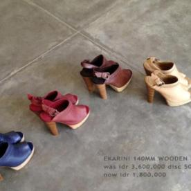 Collection Niluh Djelantik - Chaussures en cuir à talons et boucles par Niluh Djelantik
