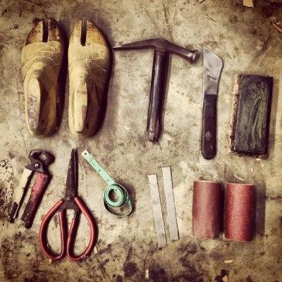 Les outils de Niluh Djelantik, créatrice de chaussures à Bali