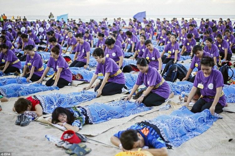 Record du monde  le plus grand massage de masse à Bali  © EPA (2)