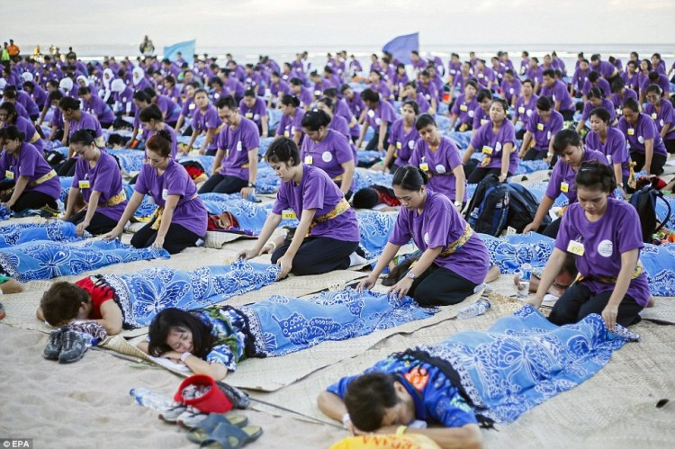 Record du monde  le plus grand massage de masse à Bali  © EPA (2)