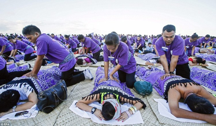 Record du monde  le plus grand massage de masse à Bali  © EPA (4)
