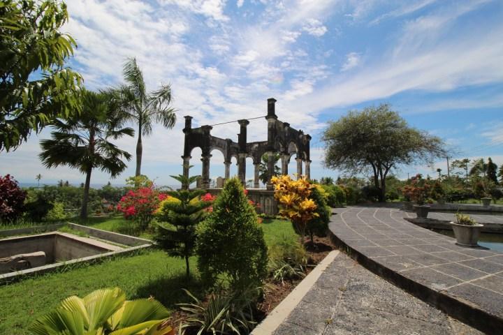 Tout en haut des grands escaliers, vous accédez au Balai Kapal, qui permettait de contrôler les allées et venues par la mer, un point stratégique duquel on peut apercevoir l'île de Lombok.