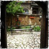 Sie ist umgeben von einem schönen Rosengarten, von dem aus man in die Kirche… (Foto: balkanblogger)
