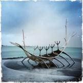 Die ersten Bewohner der Insel waren die Wikinger. Die Skulptur Sonnenfahrt (isl. Sólfar, engl. The Sun Voyager) in Reykjavik, die vom Künstler Jón Gunnar Árnason geschaffen wurde, erinnert an die mutigen Seefahrer. (Foto: balkanblogger)