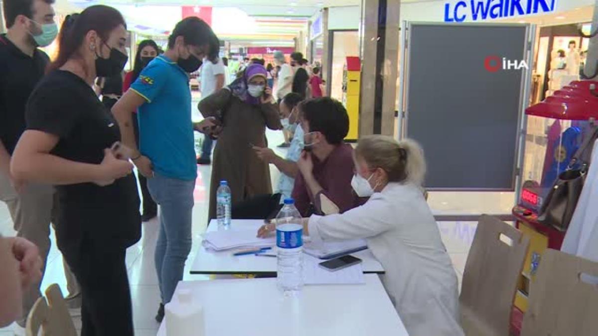 Alışveriş merkezinde aşı istasyonu kuruldu