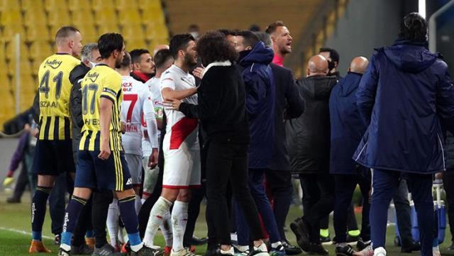 Fenerbahçe-Antalyaspor maçından sonra saha karıştı! Boffin kırmızı kart gördü