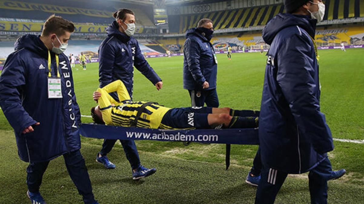 Fenerbahçe'de Mesut Özil, Antalyaspor maçında sakatlanarak sedyeyle oyun alanını terk etti